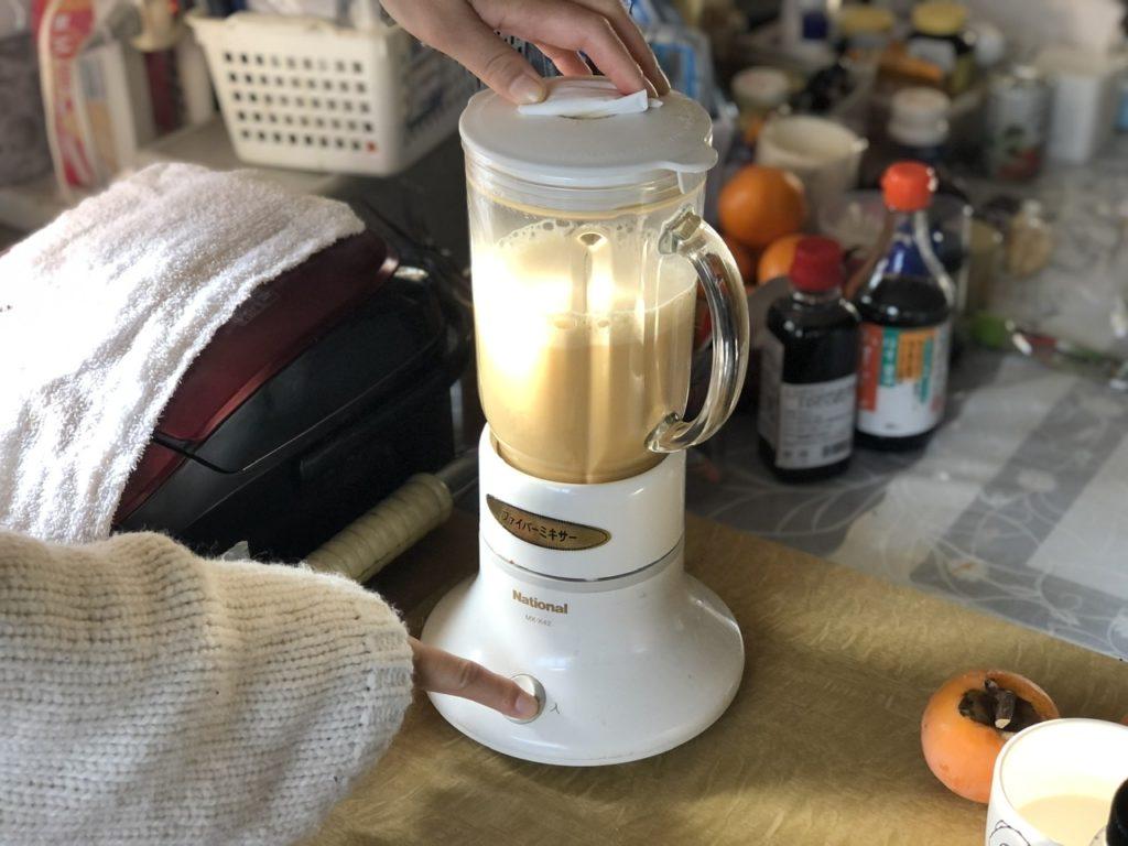コーヒーをミキサーにかける