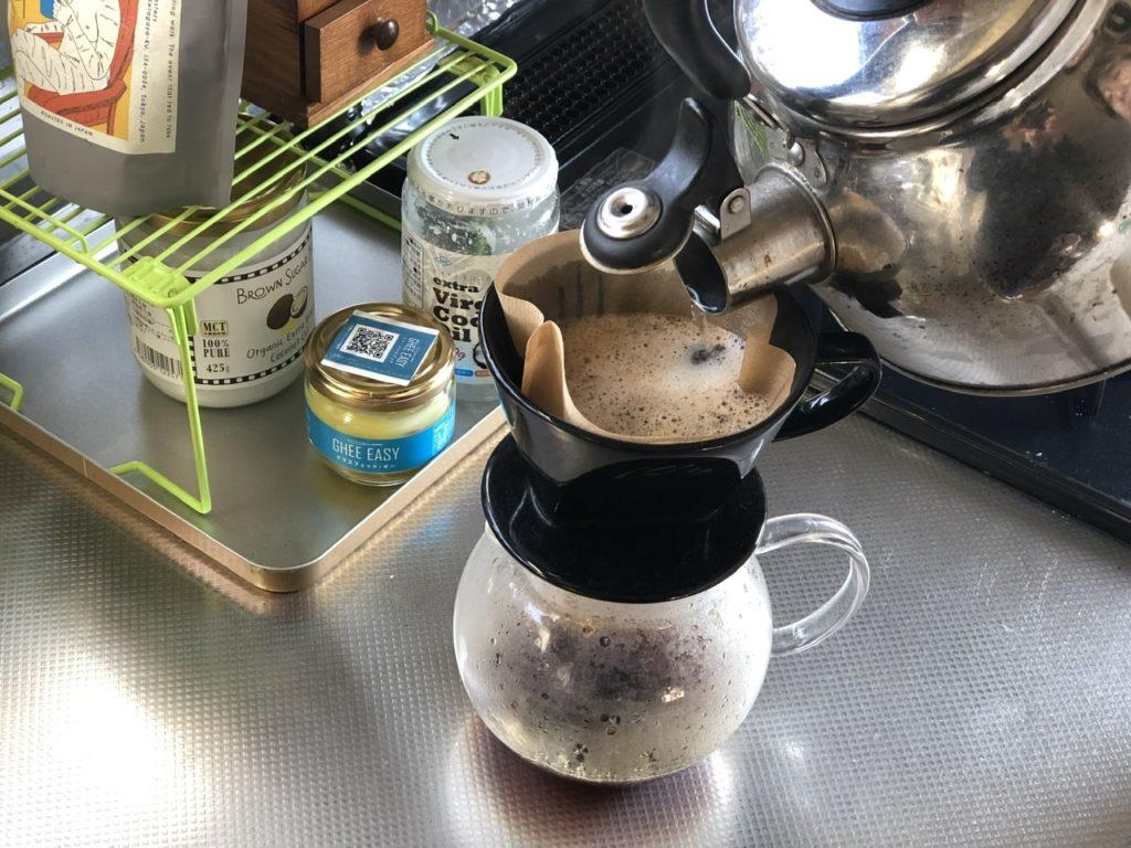 コーヒー豆にお湯を注ぐ