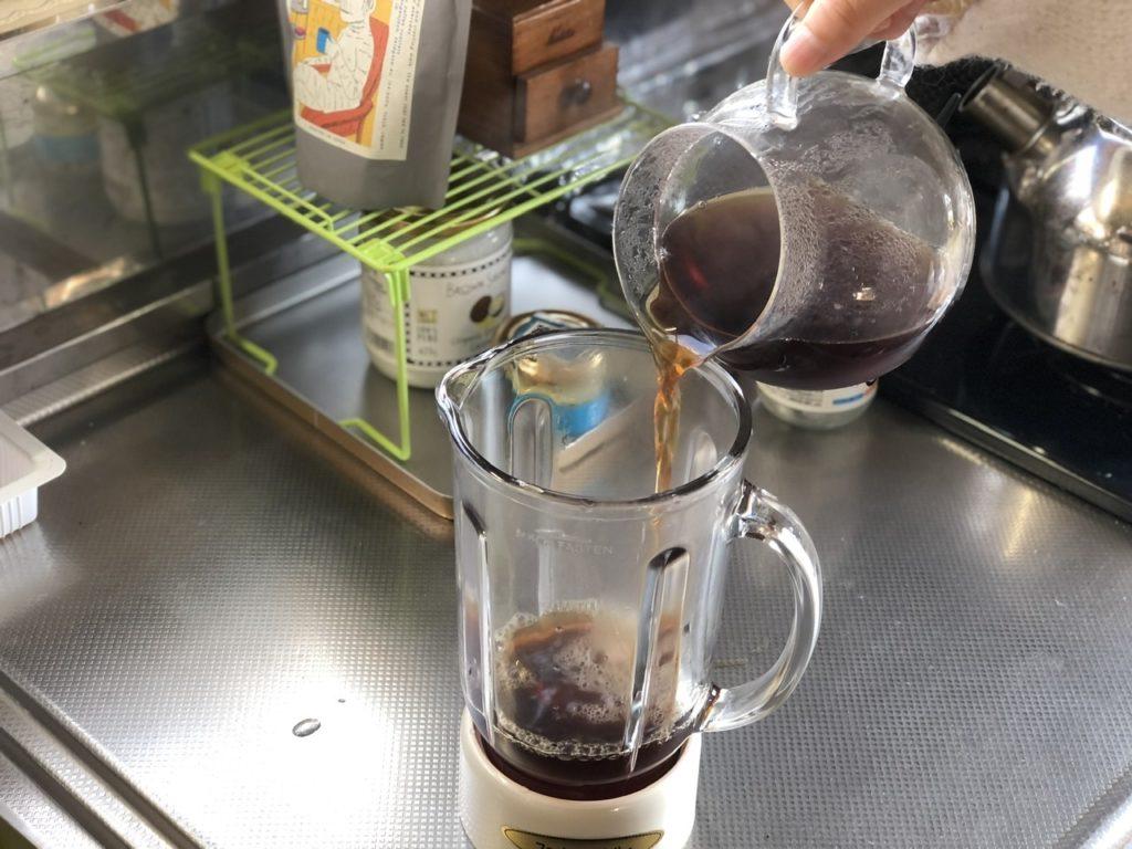 コーヒーをミキサーに入れる